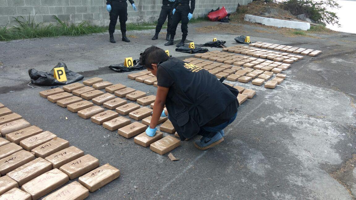 Localizan 630 paquetes con droga en una embarcación