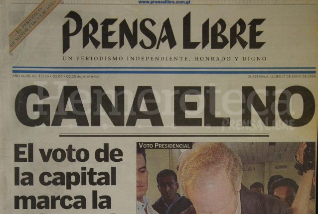 Portada del 17 de mayo de 1999 con el triunfo del no en la consulta popular. En la foto, el entonces presidente Álvaro Arzú muestra papeleta de votación. (Foto: Hemeroteca PL)