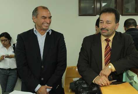 Carlos De León sonríe junto a su abogado Enio Flores, después de escuchar la resolución favorable del juzgado sexto de instancia penal.