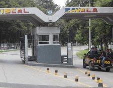 En la Brigada Militar Mariscal Zavala, zona 17, se habilitó un centro carcelario, ante el gran número de capturados por casos de corrupción en el Estado y otros. (Foto, Prensa Libre: Hemeroteca PL)