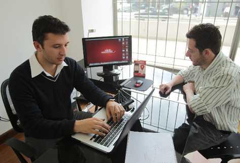 Los jóvenes guatemaltecos Juan Sebastián Rohrmann (24) y Álvaro Urrejola (23) dirigen la empresa Miinfo, S.A., desarrolladores de la aplicación miinfo.