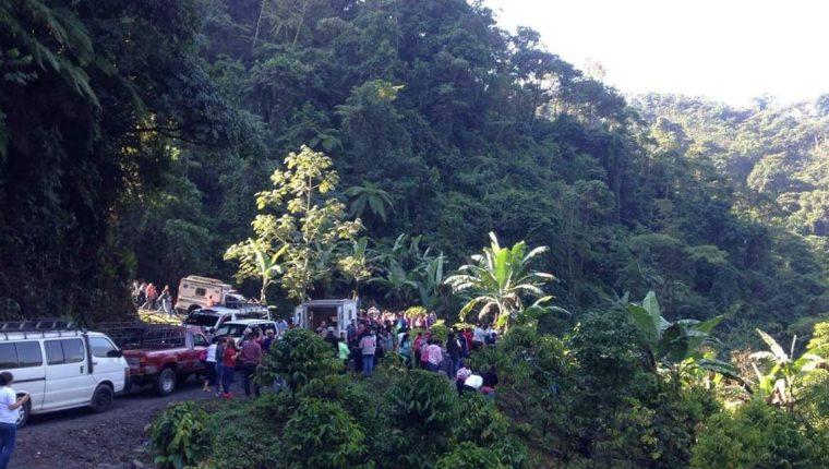 Bomberos y curiosos permanecen en lugar donde se registró el accidente tránsito en Tajumulco. (Foto Prensa Libre: Whitmer Barrera).