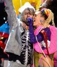 Wayne Coyne de The Flaming Lips y Miley Cyrus compartieron escenario durante los MTV Video Music Awards 2015 en agosto último en Los Ángeles, California. (Foto Prensa Libre: AFP)