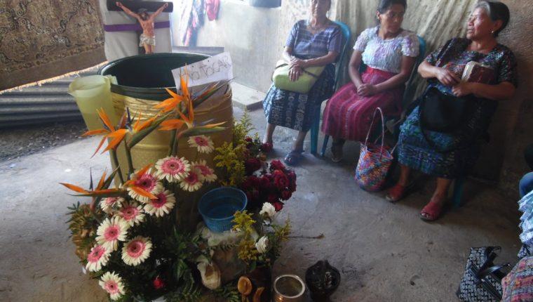 Vecinos de la colonia Bethania, en la cabecera de Chimaltenango, se rehúnen en la residencia de Marta Tubac, donde aseguran que ocuriró una aparición religiosa. (Foto Prensa Libre: José Rosales)