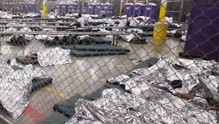 """""""El silencio abismal en un lugar lleno de niños es preocupante"""", dice pediatra que visitó un centro de detención migratorio. (Foto: Telemundo)"""