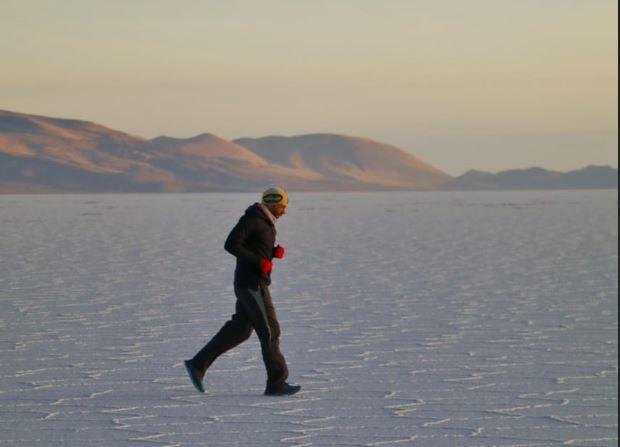 Juan Carlos Sagastume cruza el salar de Uyuni, uno de los desiertos más grandes de sal en el mundo. (Foto Prensa Libre: Cortesía Juan Carlos Sagastume).