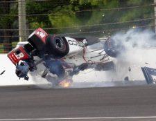 El auto del piloto dio varias vuelta y salieron algunas llamas luego de chocar con la barrera. (Foto Prensa Libre: AP)