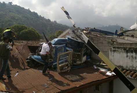 El helicóptero quedó partido en dos sobre el techo de dos viviendas en la Antigua Guatemala, Sacatepéquez. (Foto Prensa Libre: Miguel López)