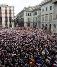 Miles de catalanes piden en Barcelona la libertado de varios líderes independentistas. (Foto Prensa Libre: EFE)
