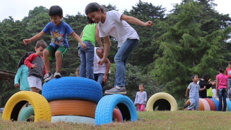 Niños de Casa Bernabé cuentan con un parque con juegos hechos a base de llantas recicladas. (Foto Prensa Libre: Cortesía)