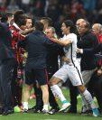 Mario Balotelli y Edinson Cavani tuvieron que ser separados durante el encuentro. (Foto Prensa Libre: AFP)