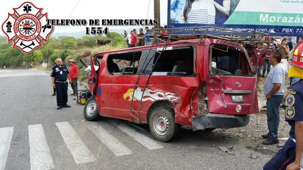 Microbús queda destruido luego de choque con tráiler en km 94 ruta a Las Verapaces, Morazán, El Progreso. (Foto Prensa Libre: CBMD)