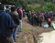 Curiosos permanecen en el lugar donde fue localizado el cadáver de German Socop, en Santa Apolonia, Chimaltenango. (Foto Prensa Libre: José Rosales)