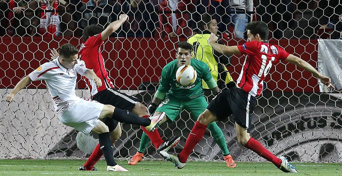 El delantero francés del Sevilla, Kevin Gameiro (i), golpea el balón ante los defensas y el guardameta del Ath de Bilbao. (Foto Prensa Libre: EFE)