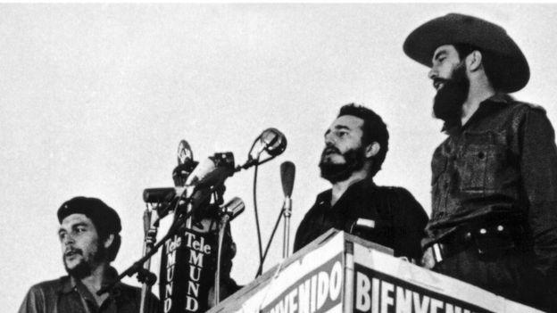 El Che,Fidel Castro y Camilo Cienfuegos en un discurso en La Habana en 1959. AFP