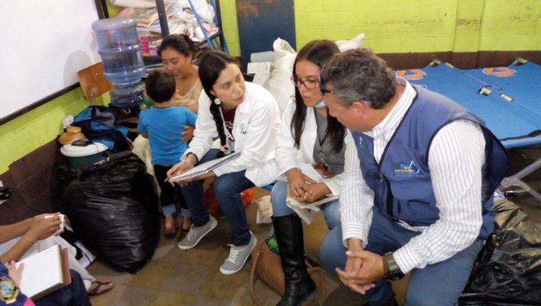 Psicólogos de la Brigada Abrazos del Alma atienden a víctimas de la tragedia del Volcán de Fuego este lunes en el albergue de la Secretaría de Obras Sociales de la Esposa del Presidente(Foto Prensa Libre: cortesía).