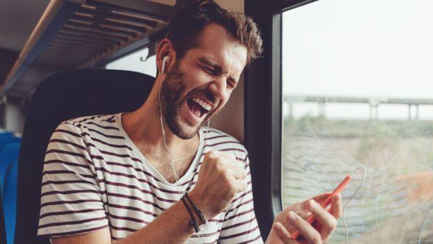 Con la nueva actualización no tendrás que interrumpir la escucha de las notas de voz que te envíen tus contactos. GETTY IMAGES