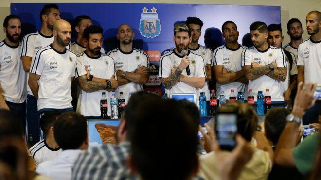 Lionel Messi, acompañado de los jugadores de la selección, dice en nombre de todos que no hablarán más con la prensa. (Foto Prensa Libre: AP)