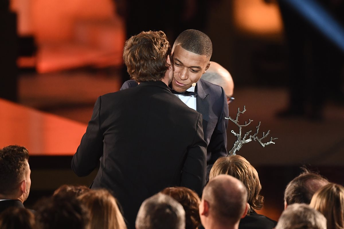 Antoine Griezmann saluda a su compatriota Kylian Mbappé. (Foto Prensa Libre: AFP)