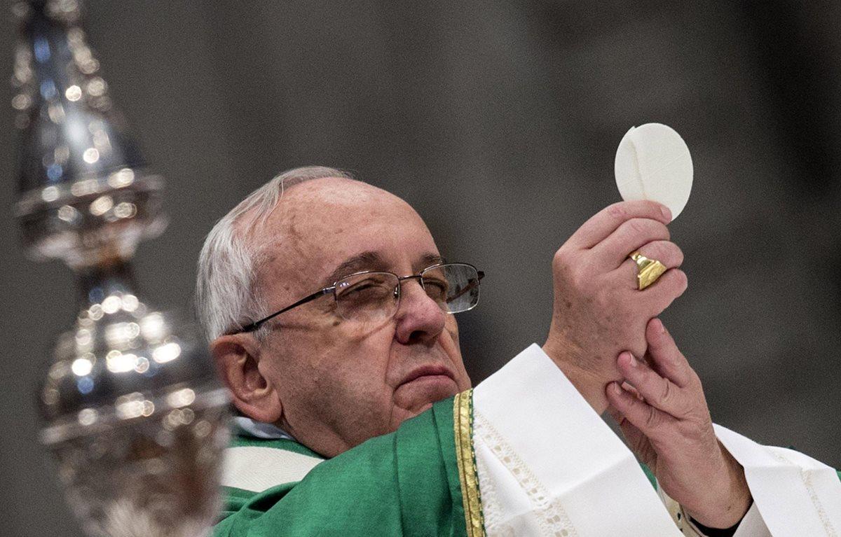 Vaticano prohíbe hostias sin gluten y pide que el vino no sea adulterado