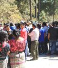 Pobladores de San Raymundo se sorprendieron con el hallazgo de el cuerpo de dos niños. (Foto Prensa Libre: Estuardo Paredes)