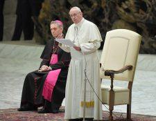 El Papa Francisco da una audiencia a jóvenes de las diócesis de Brescia en la sala de audiencias de Pablo VI, en el Vaticano. (Foto Prensa Libre:AFP).