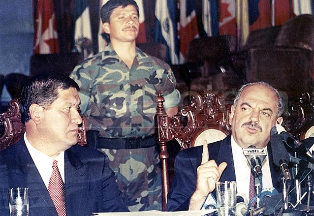 Jorge Serrano, presidente de la República acompañado del vicepresidente Gustavo Espina dio a conocer la decisión de disolver las cortes el 25 de mayo de 1993. (Foto: Hemeroteca PL)
