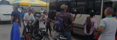 Los migrantes abordan un bus que fue proporcionado por un residente de Guastatoya y que los llevó desde esa ciudad hasta la Casa del Migrante, zona 1. (Foto Prensa Libre: Érick Ávila)