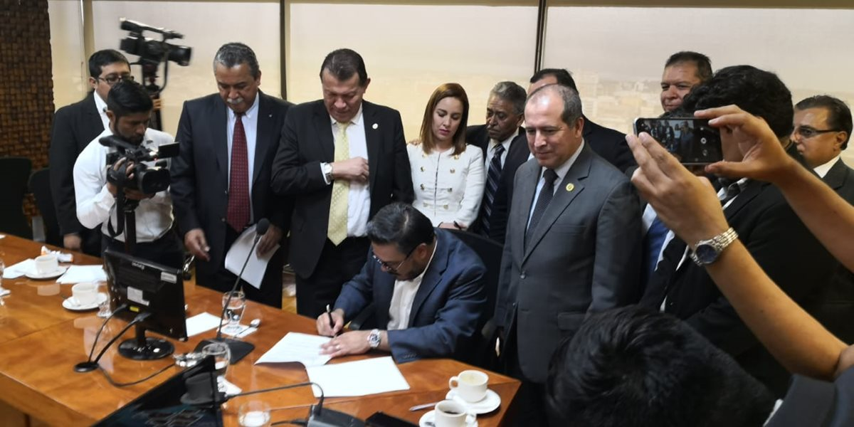 Los diputados de la mesa técnica del presupuesto firman la enmienda para trasladar recursos al Organismo Judicial. (Foto Prensa Libre: Carlos Álvarez)