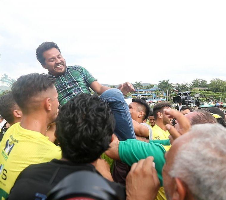 Los jugadores de Guastatoya cargan al entrenador Amarini Villatoro después de ganar el título del Clausura 2018. (Foto Prensa Libre: Jorge Ovalle)