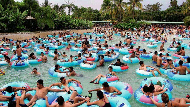 El parque acuático Xocomil es uno de los sitios más concurridos. (Foto Prensa Libre: Rolando Miranda)