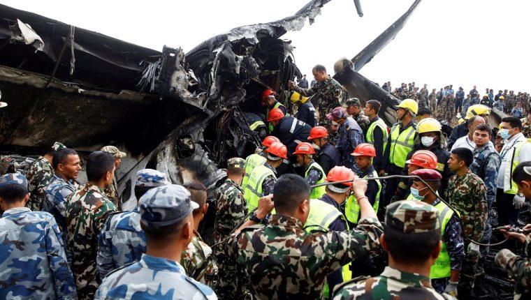 Socorristas rescataron los cadáveres de 40 personas que murieron dentro del avión que se accidentó en Katmandú. (Foto Prensa Libre: EFE)