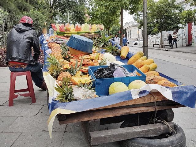 La difícil situación de desempleo que obliga a vendedores informales a salir a la calle