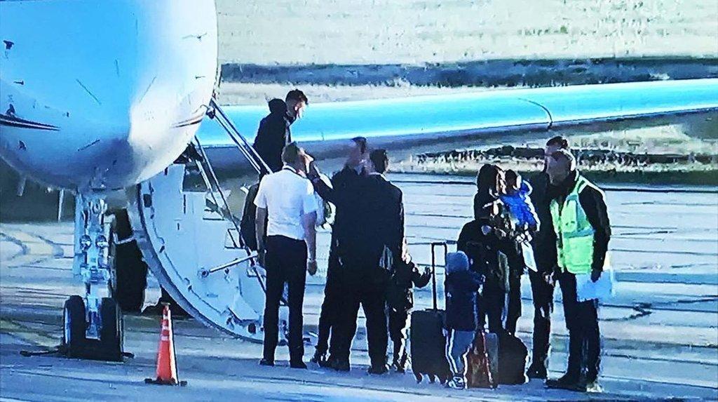 Lionel Messi y su familia llegaron en avión privado a su natal Rosario. (Foto Prensa Libre: Twitter)