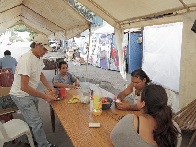 Desde hace cuatro meses, un grupo de pobladores de San José del Golfo y San Pedro Ayampuc permanecen en carpas, afuera del MEM, para exigir el cierre definitivo de la mina. (Foto Prensa Libre: Edwin Bercián)