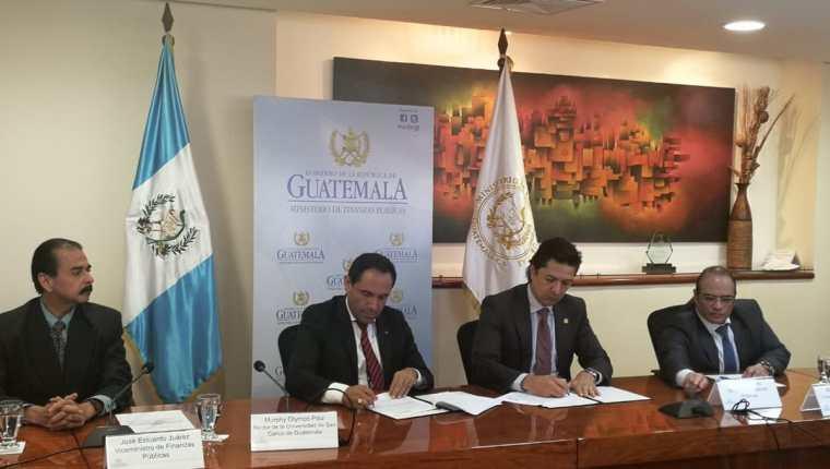 El Rector de la Usac Murphy Paiz y el Ministro de Finanzas Víctor Martínez firmaron el convenio y explican acerca de su contenido. (Foto, Prensa Libre: Rosa María Bolaños).