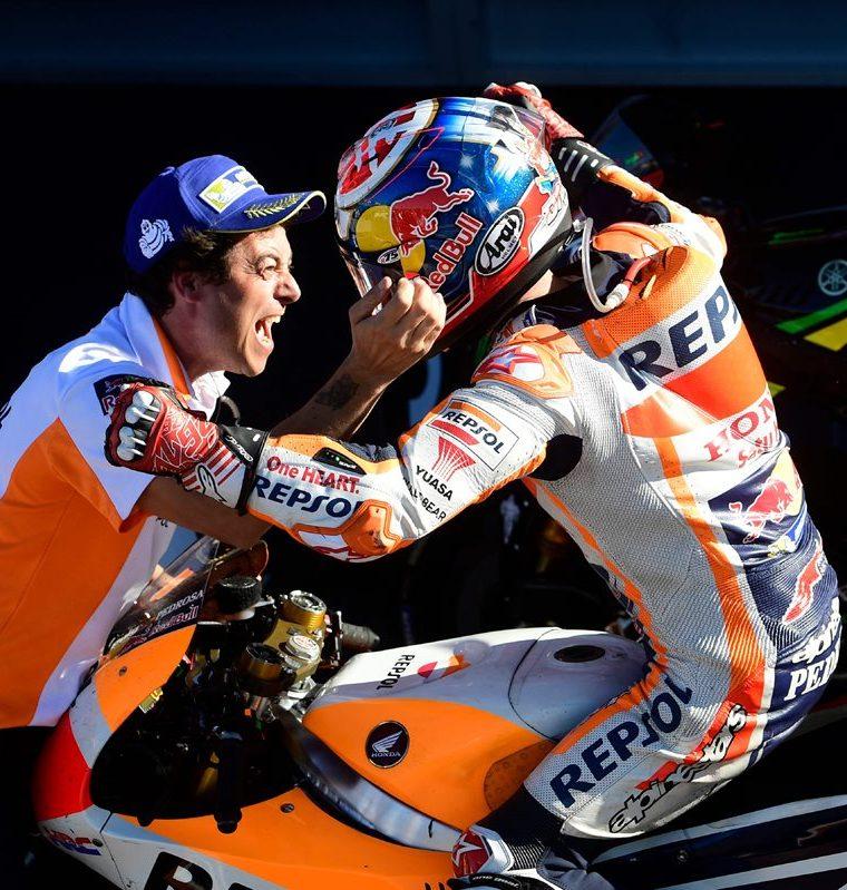 Dani Pedrosa, compañero de equipo de Márquez ganó el GP de Valencia.  (Foto Prensa Libre: AFP)