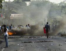 Decenas de manifestantes toman una avenida universitaria el 28 de abril en Managua, Nicaragua. (Foto Prensa Libre:EFE)