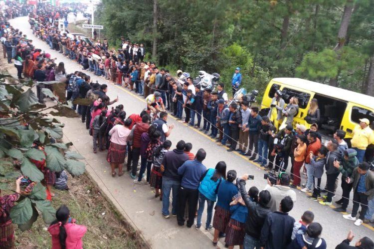Cientos de personas aplaudieron a los ciclistas en la octava etapa. (Foto Prensa Libre: Norvin Mendoza).