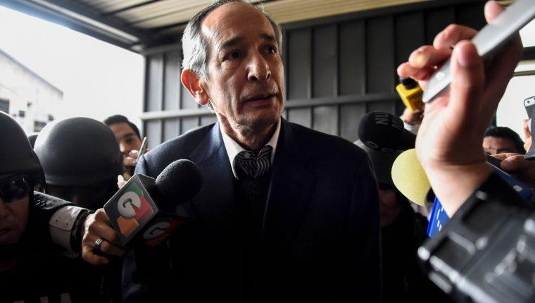 El expresidente Álvaro Colom fue capturado por su supuesta vinculación al caso de corrupción en el Transurbano. (Foto Prensa Libre: AFP)