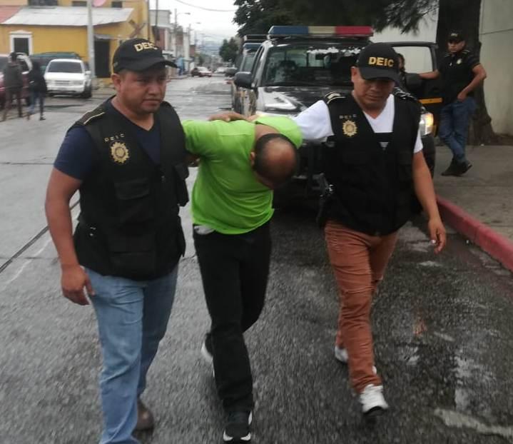 El sospechoso fue detenido mientras caminaba por la zona 1 capitalina. (Foto Prensa Libre: PNC)