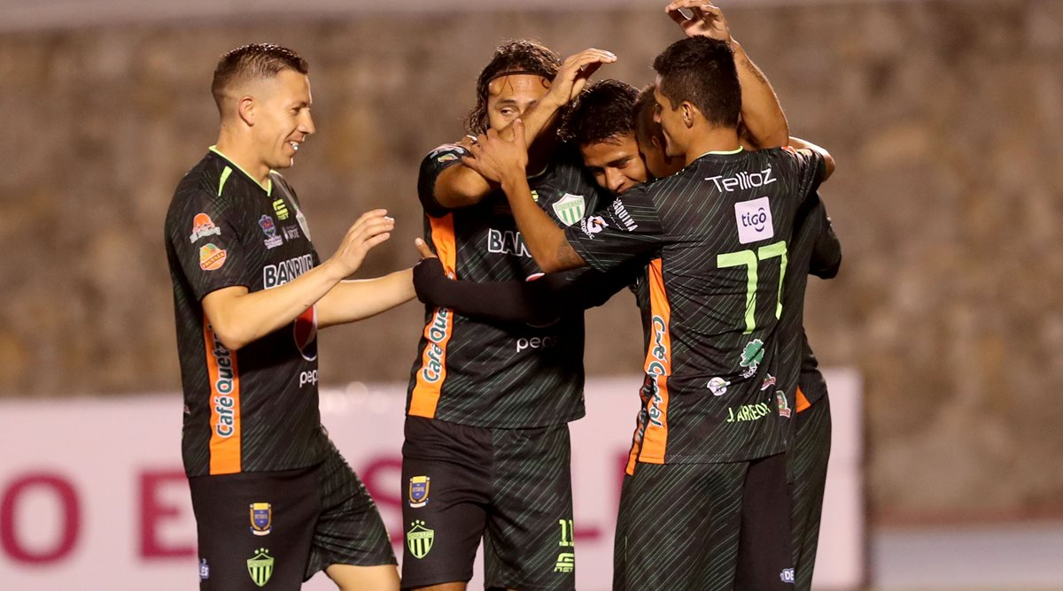 Así festejaron los jugadores de Antigua GFC el gol de Alejandro Galindo. (Foto Prensa Libre: Carlos Vicente)
