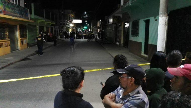 Agentes de la PNC y fiscales de Ministerio Público resguardaron la escena del crimen. (Foto Prensa Libre: Hugo Oliva)