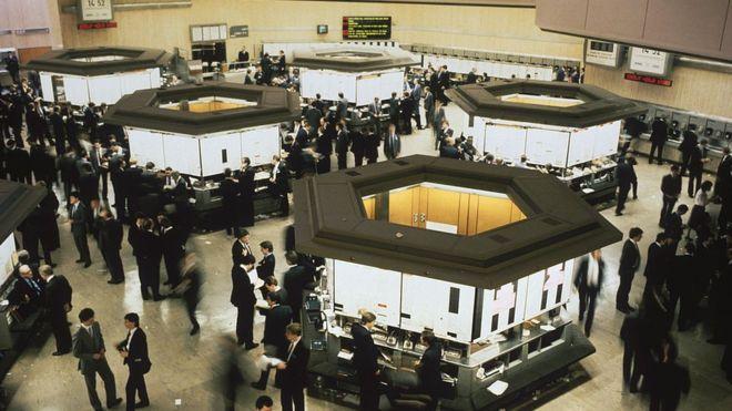 Después de que el Big Bang introdujo las transacciones electrónicas, el piso de remates de la Bolsa de Londres ya no tuvo necesidad de existir. GETTY IMAGES