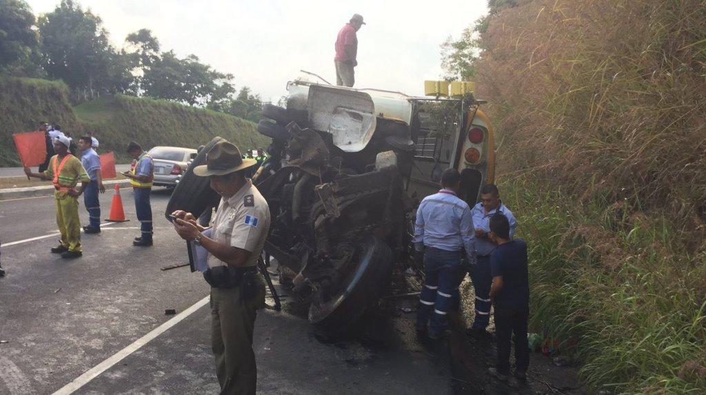 Bus accidentado quedó destruido en el km 45 de la autopista Palín-Escuintla. (Foto Prensa Libre: Enrique Paredes).