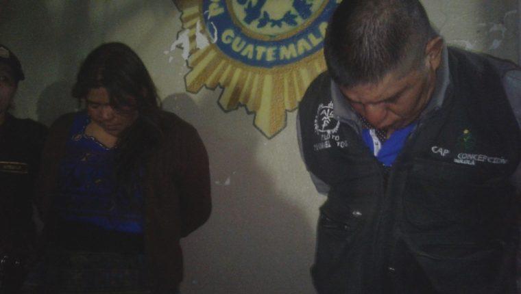 Los dos empleados públicos capturados en Panajachel. (Foto Prensa Libre: Ángel Julajuj).