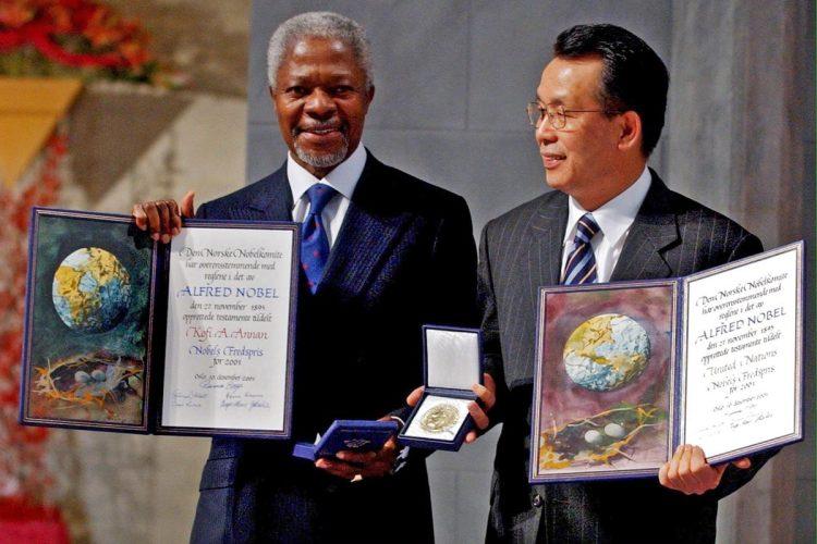 Kofi Annan recibió el premio Nobel de la Paz, en Oslo, Noruega, el 10 de diciembre de 2001.