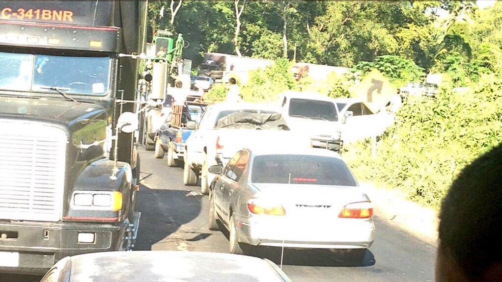 Automovilistas hacen fila en ruta a suroccidente, por tráiler volcado en km 136, en Chicacao, Suchitepéquez. (Foto Prensa Libre: Amílcar Montejo)