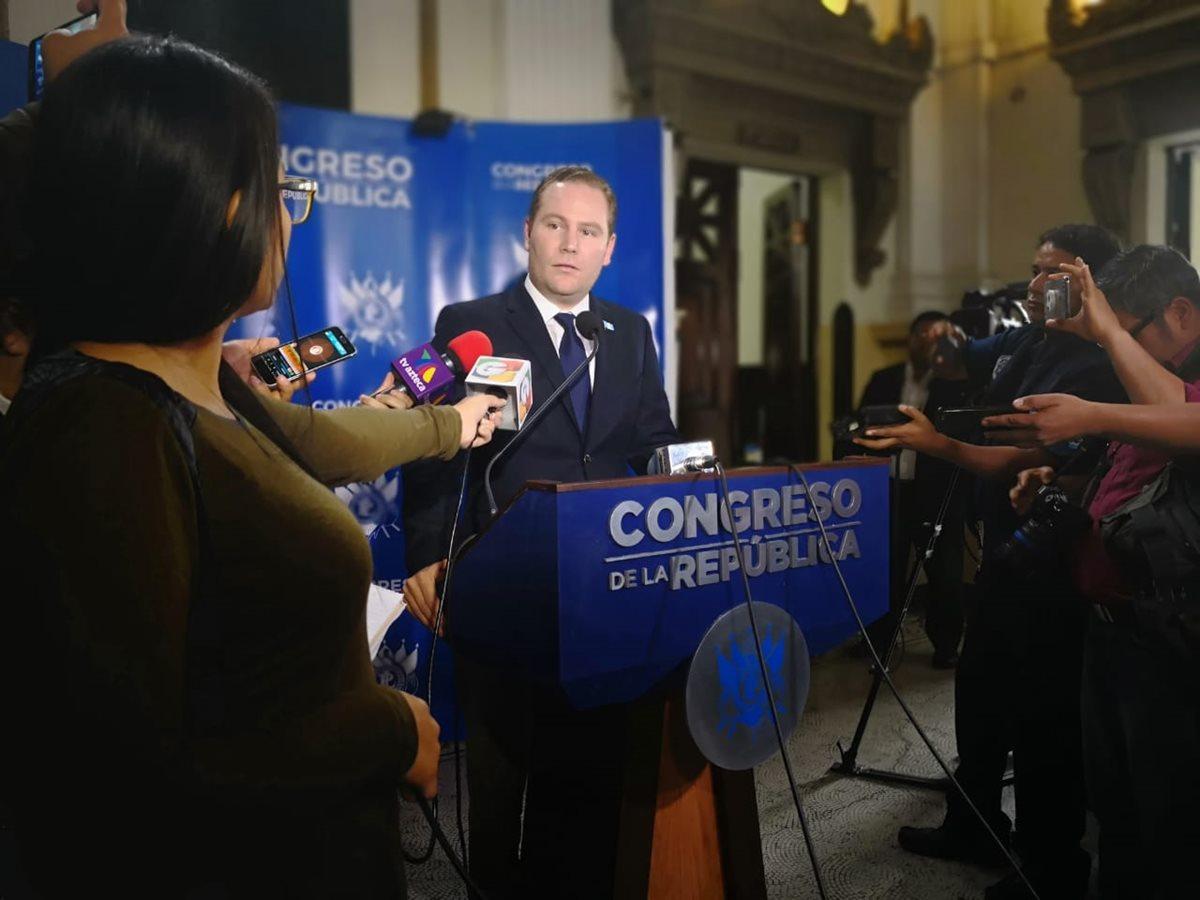 El presidente del Congreso Álvaro Arzú Escobar, indica que se denunció a Manfredo Marroquín por la posible comisión de delito. (Foto Prensa Libre: Carlos Álvarez)