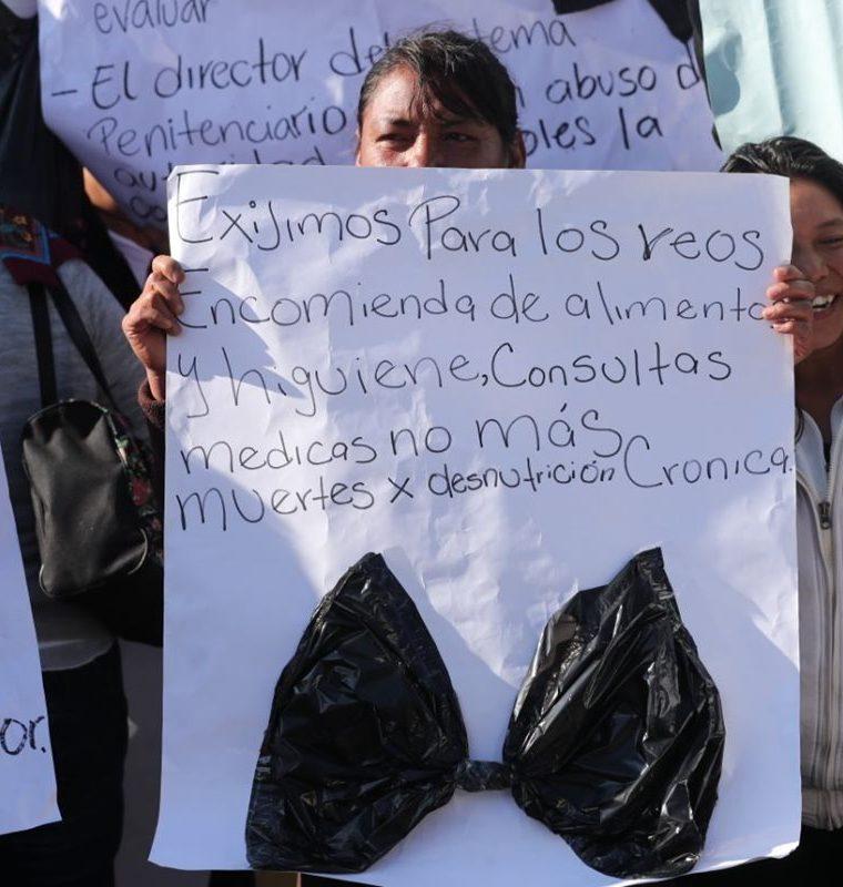 Familiares de privados de libertad del Preventivo de la zona 18 y El Infiernito manifestaron en la Plaza de la Constitución y ante la PDH. (Foto Prensa Libre: Érick Ávila)